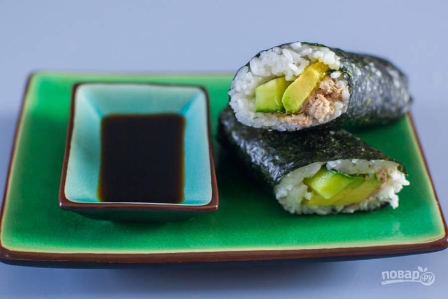 6.Аккуратно сверните суши, скрепите оставленные края и сформируйте рулет. Разрежьте его на части и подавайте с соевым соусом.