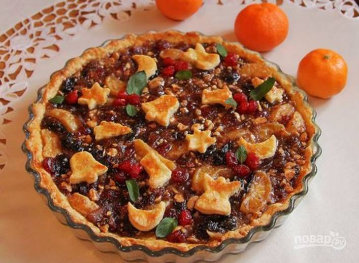 15.Готовый пирог достаю из печи, украшаю ягодами вишни и мятой. Приятного аппетита!
