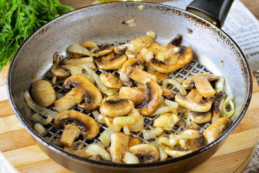 Обжарьте грибы с луком в течение 5-7 минут, добавьте соль, перец по вкусу. Снимите с плиты, остудите.