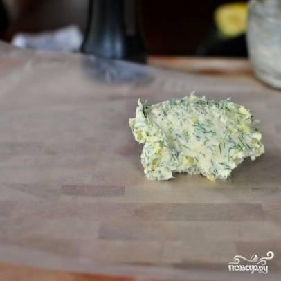 7. Готовое масло выложите на фольгу, пергаментную бумагу или пищевую пленку.