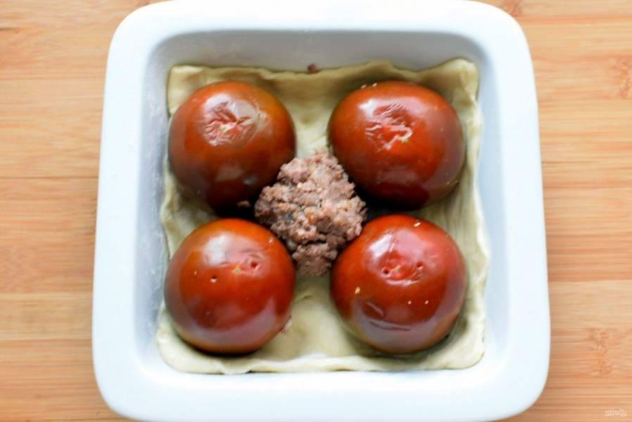 Наполните помидоры плотно фаршем, выложите на тесто срезом вниз. Если останется немного фарша, можно уложить его между помидорами.