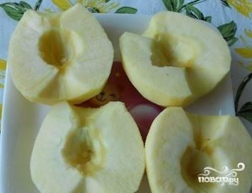 Яблочки вымойте и очистите от кожуры. Разрежьте каждое на две части. При помощи чайной ложки достаньте сердцевину и косточки.