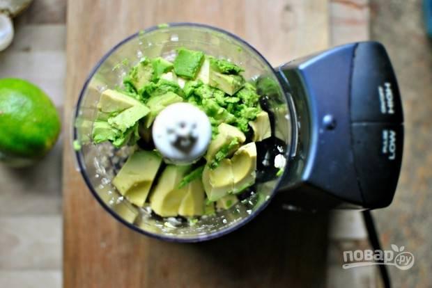 3. Добавьте мякоть авокадо.