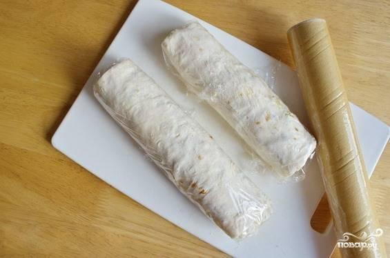 Если вы не собираетесь сразу подавать рулет к столу, можно положить его в холодильник, предварительно разрезав на две части для удобства хранения и завернув каждый кусок в пищевую пленку.