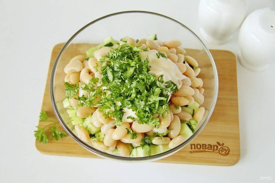 Добавьте измельченную зелень, майонез, соль и перец по вкусу.