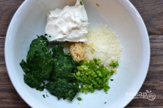 2.В миску выложите сливочный сыр, тертый сыр, измельченный зеленый лук, измельченный шпинат, посолите и поперчите.