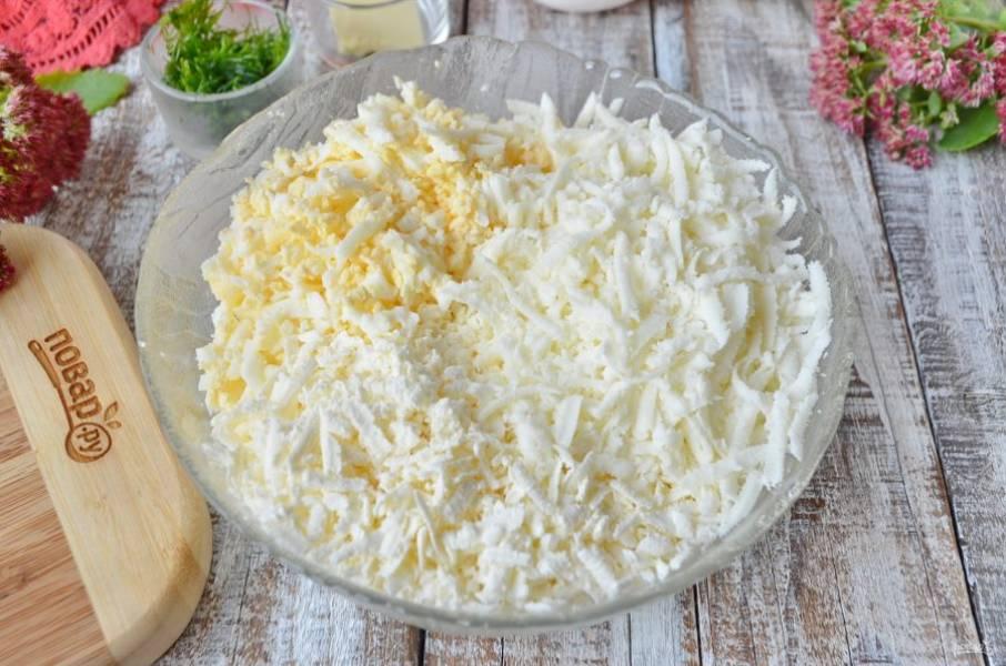Натрите на крупной терке сыры и вареные яйца. Солить массу не нужно, так как брынза и так достаточно соленая, просто хорошо перемешайте.