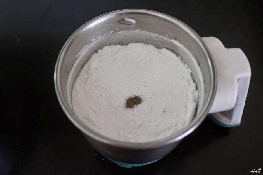 1. Смешаем сначала все сухие ингредиенты, потом добавим жидкие. Цедру добавим к сухим, сок лимона - к влажным ингредиентам. Перемешаем тщательно.