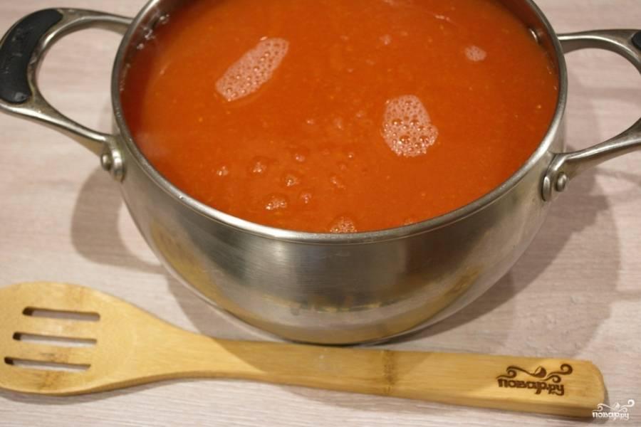 Томаты перекрутите с помощью соковыжималки и добудьте томатный сок. Я предпочитаю делать аджику без семян и томатной шкурки.