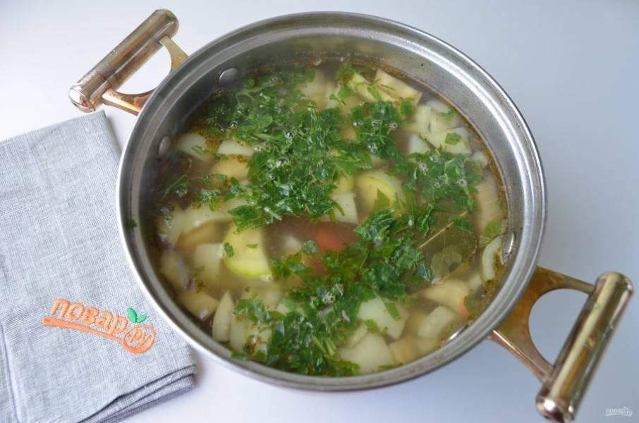 4. В готовый мясной бульон положите первым картофель и соль, проварите 10 минут. Затем добавьте в суп баклажаны, болгарский перец, лук, помидор, кабачок. Проварите еще 10-12 минут. Добавьте лавровый лист, специи, чеснок рубленый. Проварите 2-3 минуты и выключите огонь.