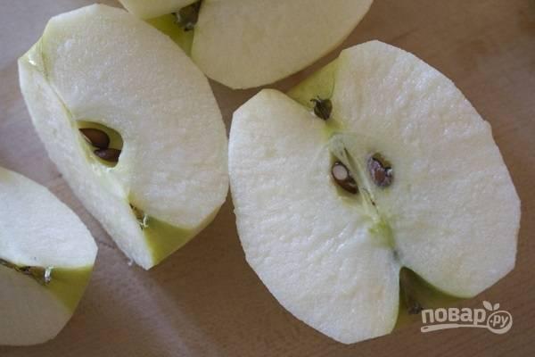 2. Тем временем вымойте и очистите яблоки, удалите у них сердцевину. Нарежьте фрукты крупными дольками.