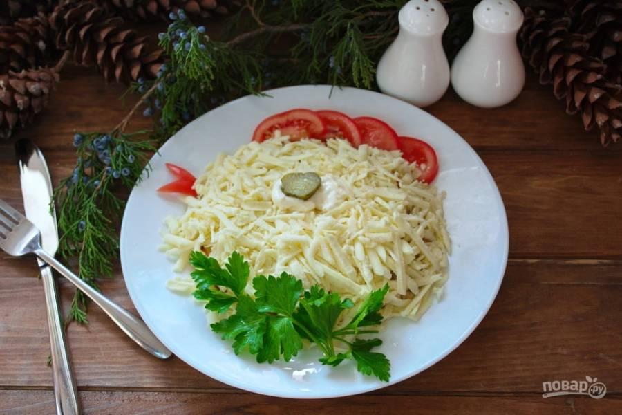 9. Подайте салат к новогоднему столу. Этот год Петушка, так давайте же встретим его дружно, мирно и сытно. Стол накрыть тоже нужно празднично и оригинально.