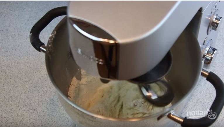 В отдельной миске соедините теплое молоко, сметану, масло и соль, медленно добавляйте муку, постоянно перемешивая миксером.