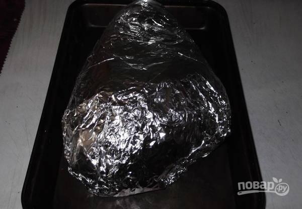 Свинину заверните в 3 слоя фольги. Оставьте мясо мариноваться на 1 час.