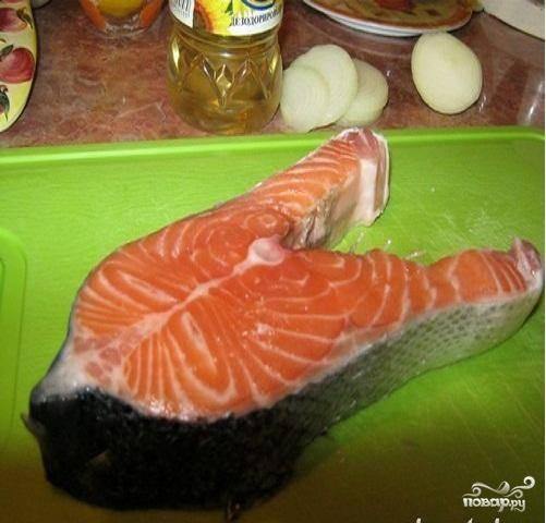 2.Берем нужное количество стейков. Их нужно промыть и обсушить. Натереть кусочки рыбы солью и перцем.