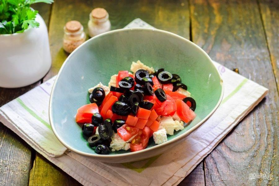 Маслины нарежьте небольшими колечками и добавьте в салат.