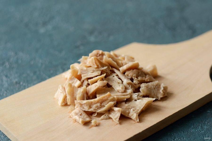 Отварите соевый текстурат в кипящей подсоленной воде с лавровым листом. Остудите, нарежьте кубиками.