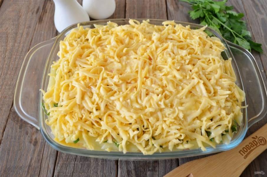 Из сливок, яиц и соли приготовьте заливку, залейте пирог. Отправьте его в духовку на 30-35 минут, температура — 200 градусов.
