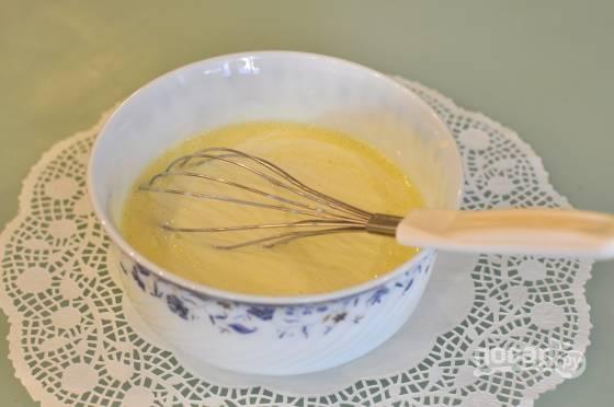 Венчиком взбейте вместе кефир с яйцами и сметаной.