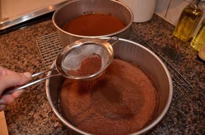 9. Остудите коржи и присыпьте порошком какао (1 ст. л.).
