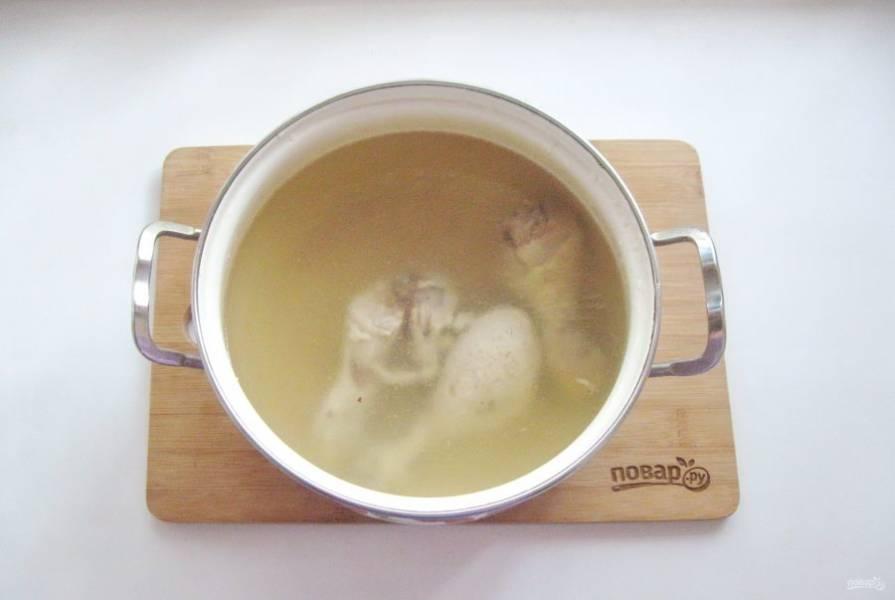 Если у вас нет мясного бульона, то его нужно сварить. Подойдет любое мясо. Я взяла курицу, так как мясо у неё легкое и диетическое. Курицу помойте и выложите в кастрюлю с водой. Доведите до кипения, огонь уменьшите до минимума и варите до готовности курицы.