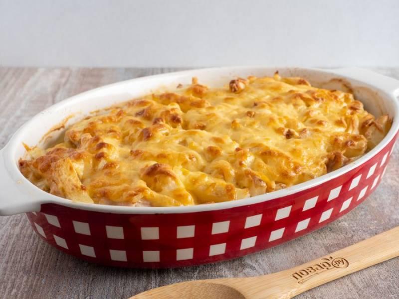 Затем посыпьте тертым сыром и запекайте ещё 10-12 минут. Блюдо готово!