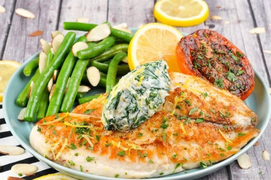 6. Подавайте рыбу, сверху выложив сырную массу, с фасолью и помидором. Поливайте филе лимоном. Приятного аппетита!