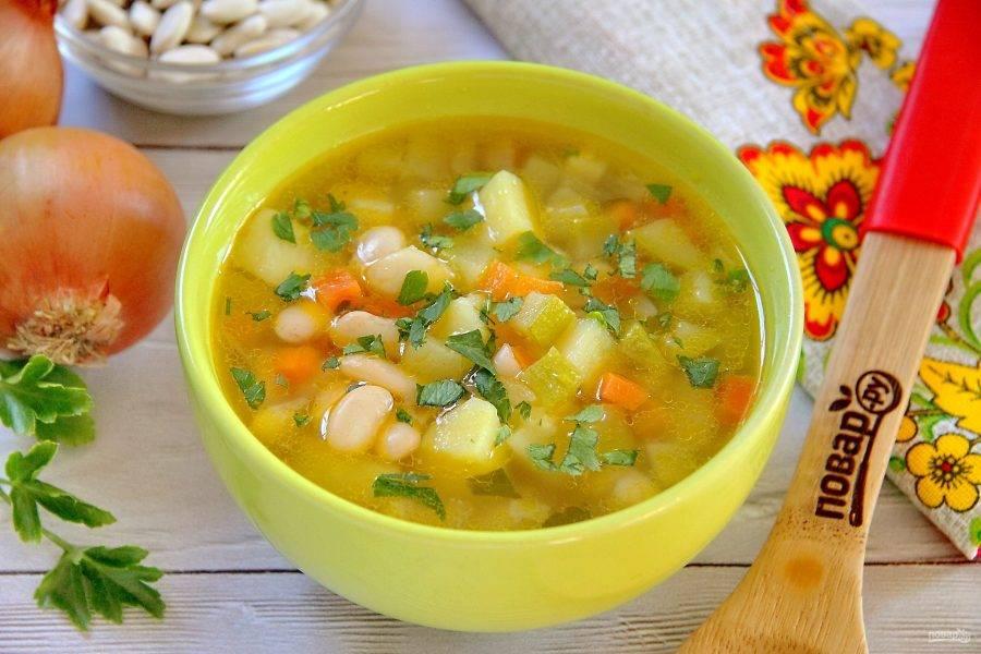Разливаем суп по тарелкам и подаем к столу. Приятного аппетита!