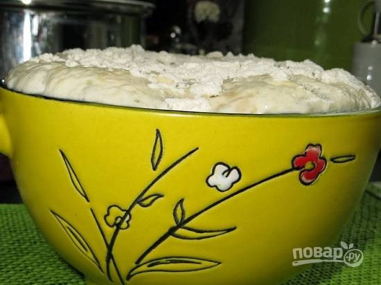 В теплом молоке растворим сахар и добавим свежие дрожжи. Размешаем и добавим 2 ложки муки. Опять размешиваем и ставим в теплое место минут на 10, пусть дрожжи начнут работать.