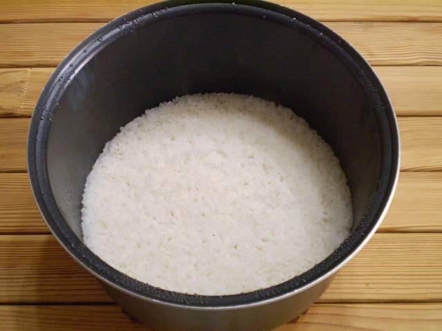 6. Рис готов. На тарелочку выкладываем кусочек рыбки, рис, зелень. Подаем к столу. Приятного!