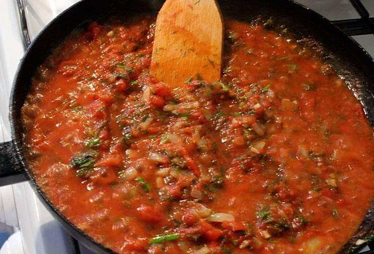 Мелко нарежьте лук и чеснок, помидоры ошпариваем, снимаем с них кожицу и режем кубиками. Обжариваем лук до мягкости, добавляем помидоры, чеснок, петрушку, тимьян, лавровый лист, соль и перец. Тушим 10 минут.
