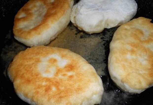 Сразу же выкладываем пирожок на сковороду с разогретым растительным маслом и обжариваем с двух сторон.