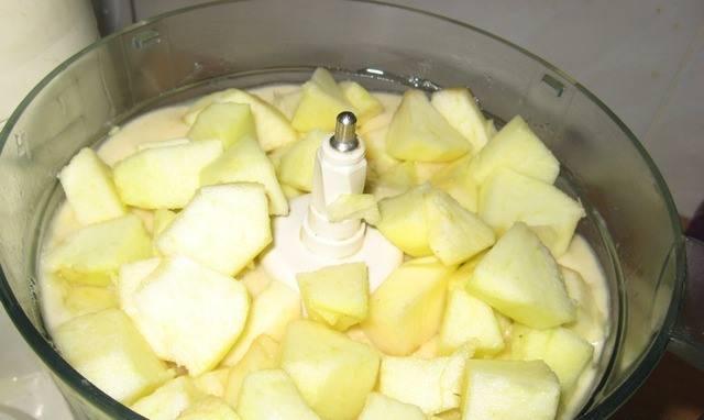 2. Бананы и яблоки мелко режем, заливаем лимонным соком, при помощи блендера превращаем в пюре.
