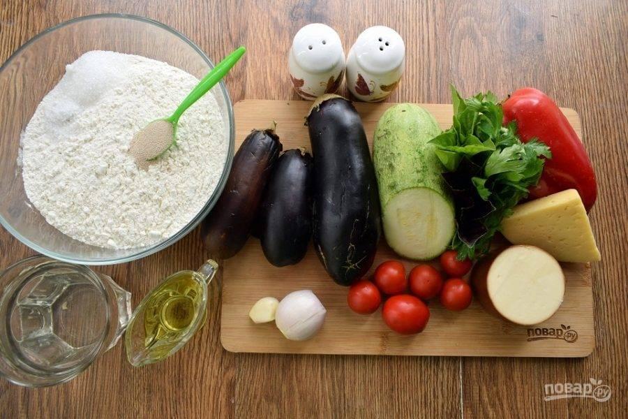 Подготовьте необходимые продукты. Муку просейте в миску, соедините с солью, сахаром и быстрорастворимыми дрожжами.