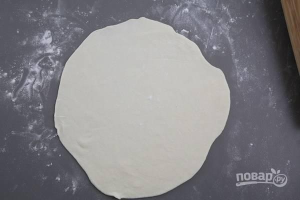 5.Каждый кусочек раскатайте в тонкую лепешку (по размеру примерно с тарелку).