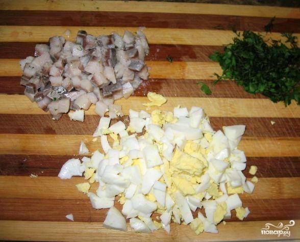 Натрите на мелкой терке яйца, морковь, картофель, свеклу. Нарежьте на мелкие кусочки лук. Нарежьте немного любимой зелени, например — петрушку или укроп. Подготовьте тарталетки.