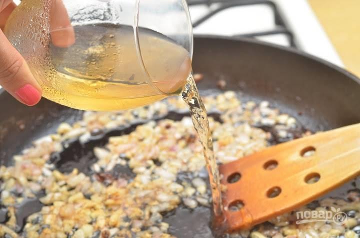 7. Влейте сухое белое вино.