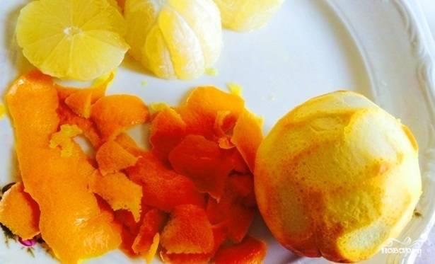 2. Таким же способом подготовьте цедру апельсина и мандарина. Затем выдавите сок из мякоти. Следите, чтобы белая часть шкурки не попала в цедру – нам нужна только оранжевая!