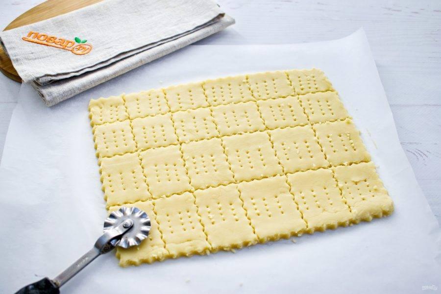 Тесто разделите на 2 части для удобства формовки печенья. Каждую часть раскатайте на пергаменте в прямоугольный пласт, толщиной 0,7-1 см. Разрежьте на прямоугольники, квадратики или ромбики. Наколите тесто вилкой. Поставьте запекаться в разогретой духовке при 200 градусах на 15 минут.