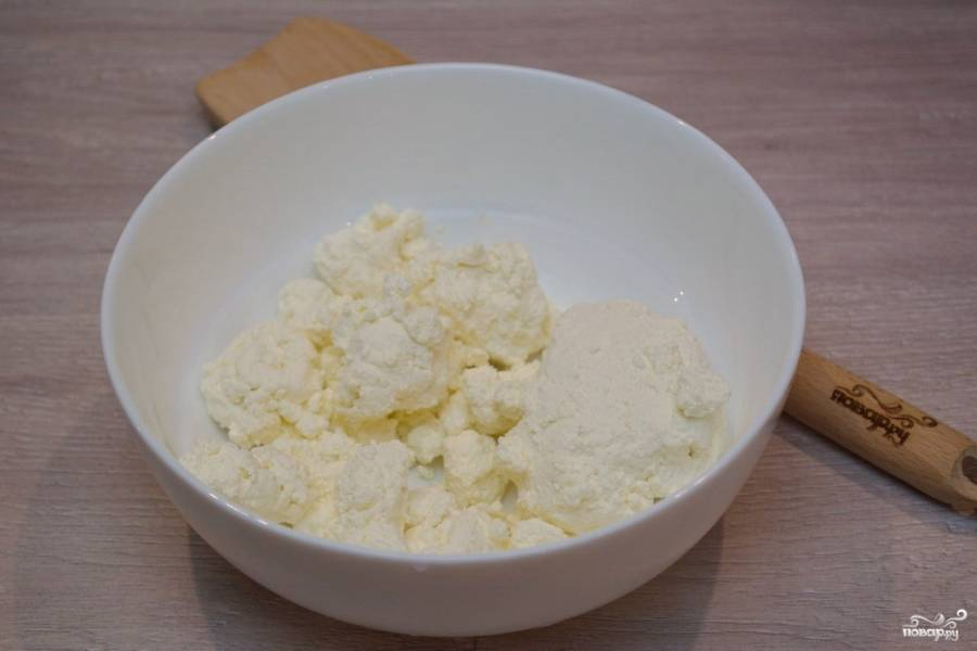 Для приготовления рогаликов из творожного теста нам необходимо творог поместить в миску. Творог берите более сухой, но жирный.