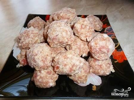В этом рецепте используются уже готовые замороженные фрикадельки. Чтобы их приготовить, перекрутите через мясорубку мясо с репчатым луком, смешайте с сырым яйцом и специями.