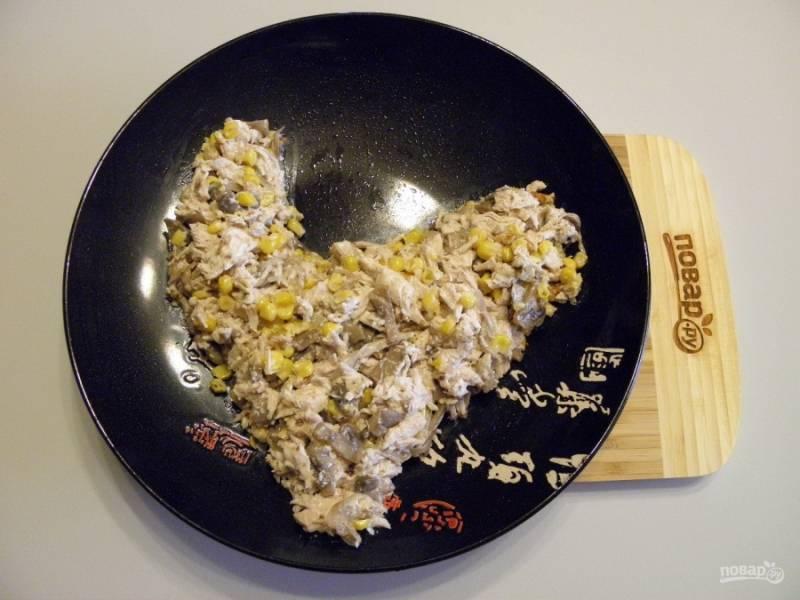 Возьмите большое и удобное блюдо. Выложите салат, придавая форму.