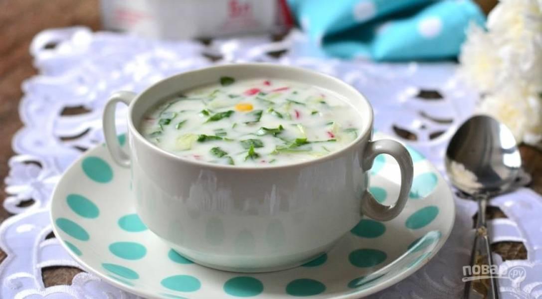 Заливаем смесь из овощей кефиром, минеральной водой. Солим и перчим по вкусу, подаем со сметаной. Приятного аппетита!