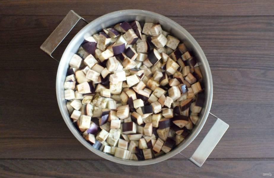 В объемную кастрюлю налейте на 1,5-2 литра воды. Доведите до кипения и опустите в неё нарезанные баклажаны. Повторно доведите до кипения и подержите ровно 7 минут. Лучше это сделать за два раза.