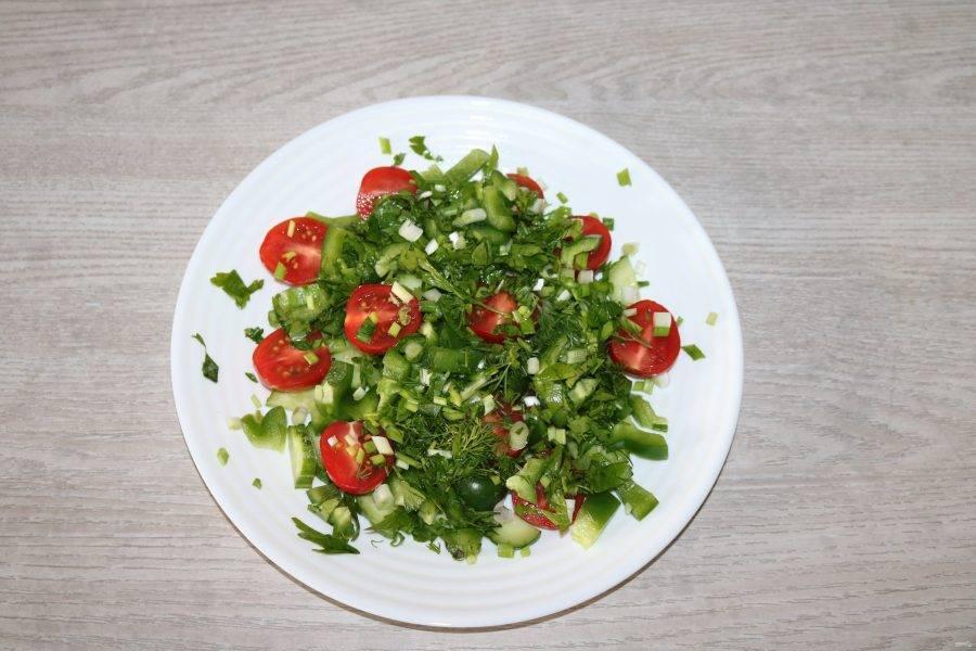 Сверху выложите зелёный перец, посыпьте мелко нарезанной зеленью.