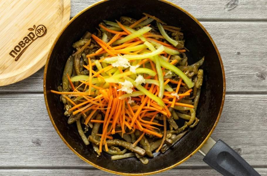 Добавьте морковь, болгарский перец и чеснок. Перемешайте.