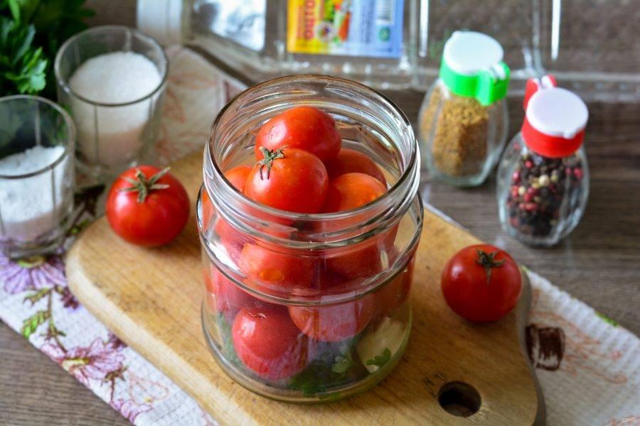 Промойте помидоры черри и сложите в банку.