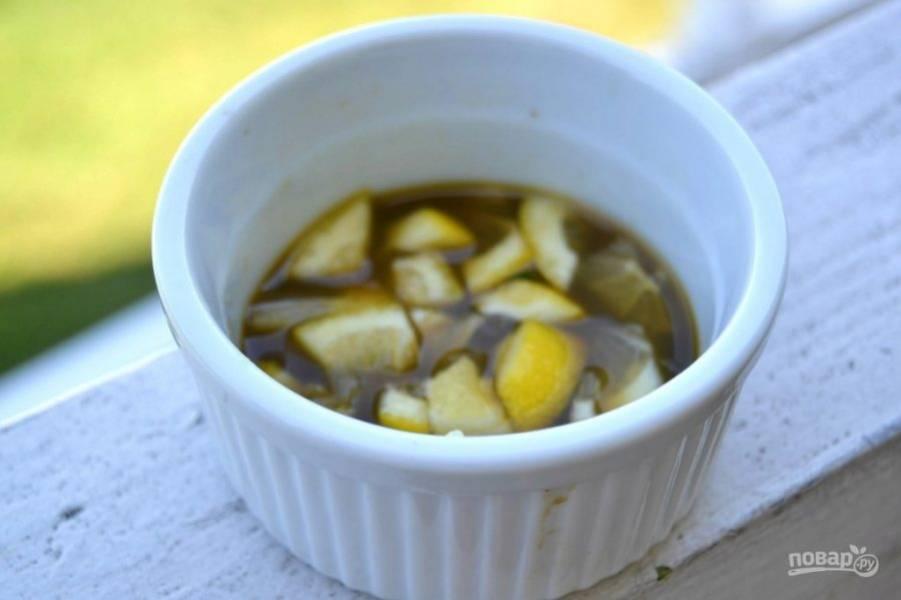 3.Добавьте к огуречной жидкости соус «Терияки». Нарежьте половинку маленького лимона кусочками и добавьте к смеси огурца и соуса.