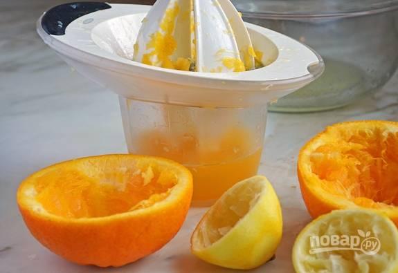 3.Разрежьте пополам лимон и апельсин, выжмите сок цитрусовых.