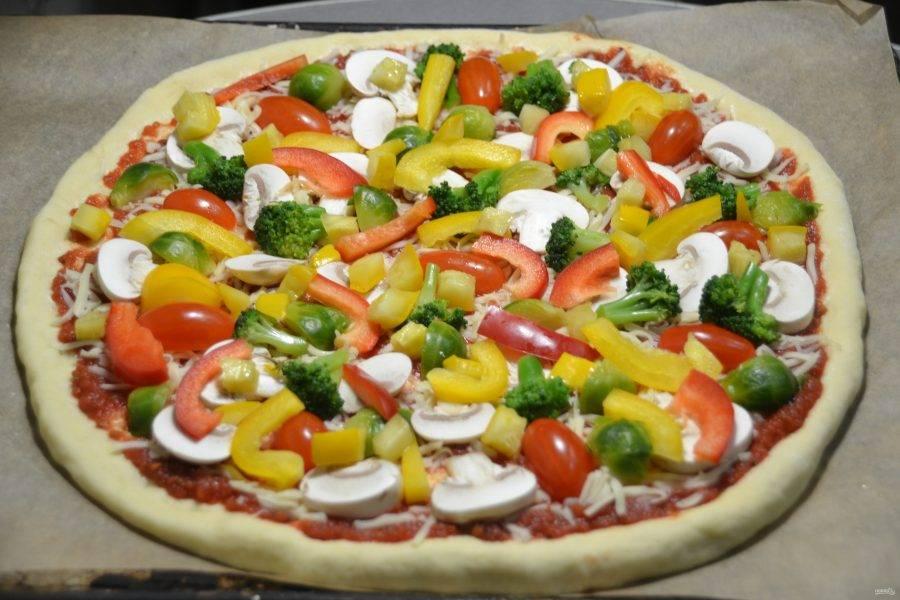 Выложите кубики маринованных кабачков на пиццу.